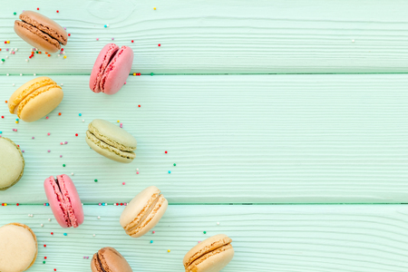 Macarons dessert pattern on mint green background top view copy space 免版税图像
