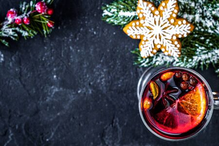 Christmas mulled wine with spices in cup on dark background Imagens