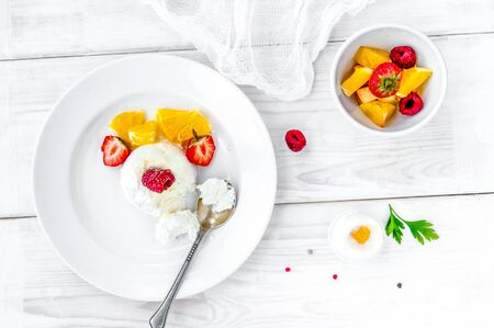 Ice cream with berries on white plate top view Imagens
