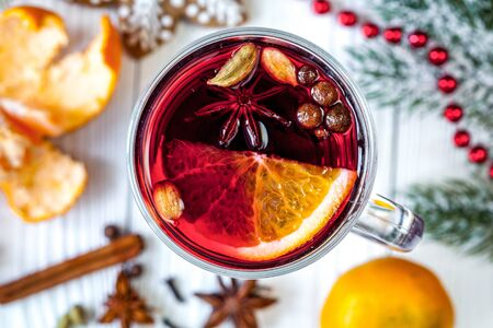 Christmas mulled wine with spices in cup on wooden background Imagens