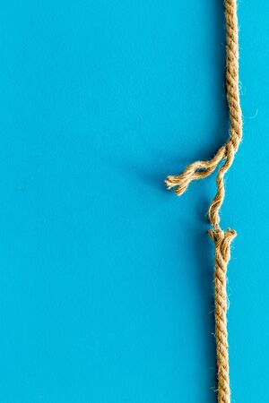 risk concept with rope near to break on blue background top view space for text Banque d'images
