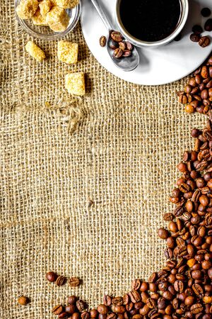 coffee beans, coffe cup on linen cloth background top view 스톡 콘텐츠