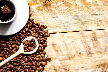 coffee beans on wooden with coffe cup table top view Archivio Fotografico
