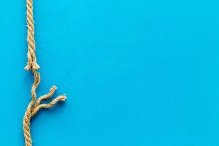 concept de risque avec corde près de se casser sur fond bleu vue de dessus espace pour texte