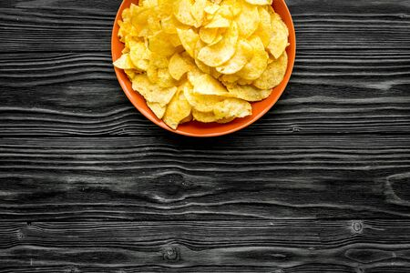 Potato crisps on wooden background top view mockup Stockfoto