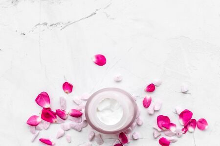 Cosmetics with sea salt and roses decoration on marble background top view space for text Archivio Fotografico - 129423852