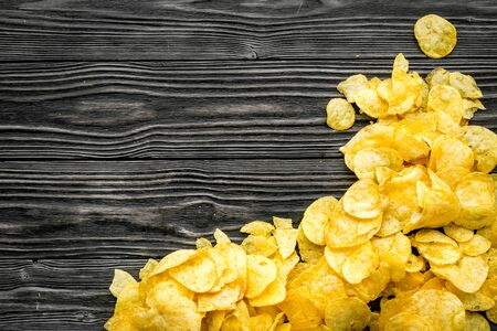 Potato chips pile on wooden background top view mock-up Stockfoto