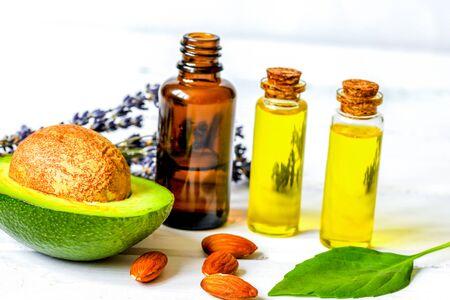 Aceite de aguacate para cosméticos artesanales con hierbas sobre fondo de madera Foto de archivo