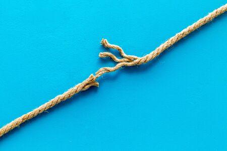 stressconcept met het breken van touw op blauwe achtergrond bovenaanzicht mock-up
