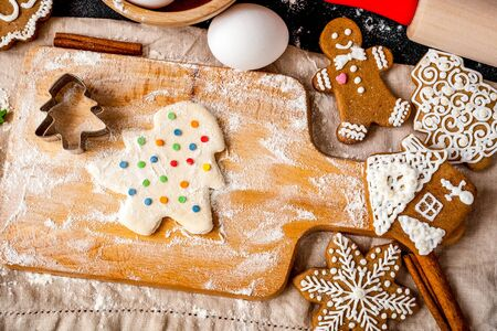 cooking christmas gingerbread on wooden background top view Imagens