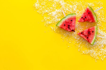 Fresh watermelon on stick with ice for fruit ice cream on yellow background top view copy-space Banque d'images - 130139421