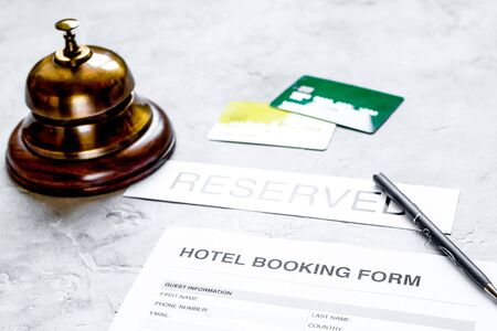 Buchungsformular für Hotelzimmer und Ringstein-Schreibtischhintergrund Standard-Bild