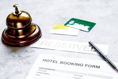 formulario de solicitud de reserva de habitación de hotel y fondo de escritorio de piedra de anillo Foto de archivo