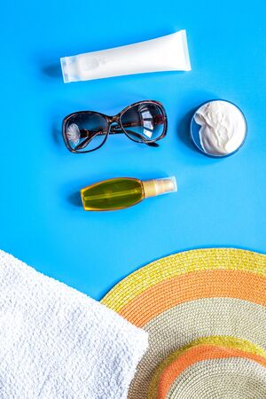 Towel, sun lotion, glasses for summer rest on blue background top view Banque d'images - 138293900