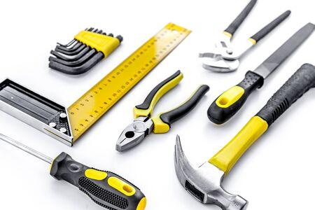 Werkzeuge zum Reparieren der Draufsicht auf weißem Hintergrund.