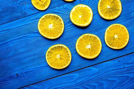 Cut orange fruits on blue wooden background top view mockup Archivio Fotografico