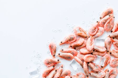 Shrimps - frozen, with ice, at shell - on white backgroud frame copy space Banque d'images