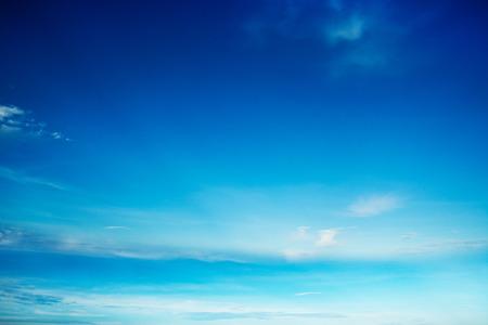 Cielo azul con nubes Foto de archivo