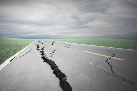 アスファルトの道路の亀裂や嵐雲と崩壊
