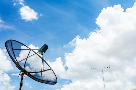 Schotelantenne op de hemel