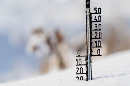 termometer: Thermometer on snow shows low temperatures in degrees Celsius