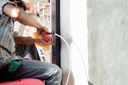 Los trabajadores están perforando la puerta.