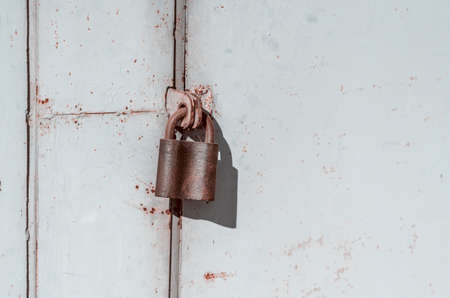 Padlock on old metal door. Closed room. Guard building. No chance. Banque d'images