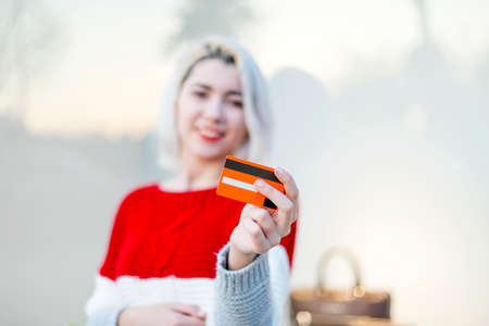 Beautiful young girl with credit card 免版税图像