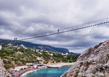 Suspension bridge to the Diva rock, Black Sea coast, near Yalta, Crimea. Panorama of the town of Simeiz Banque d'images