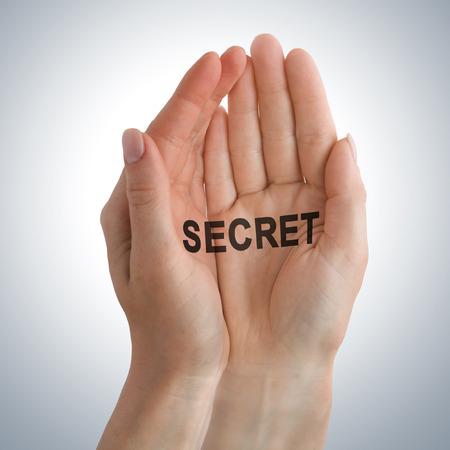 guardar silencio: Pequeño secreto en la mano
