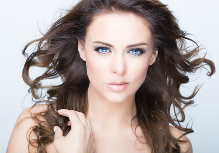 Beautiful Brunette Woman Portrait with healthy Hair. Standard-Bild
