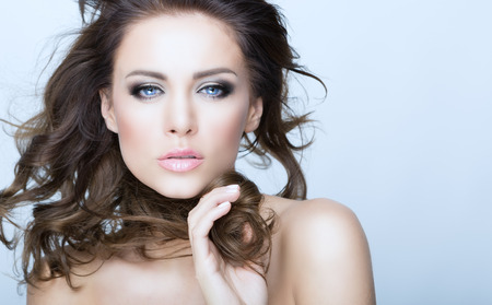 Hermosa Mujer Morena retrato con Skin.Smiling chica sana Hair.Clear fresco aislado en un modelo blanco Background.Skincare .Spa.Beauty