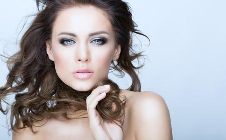 Krásná brunetka žena portrét s zdravé Hair.Clear Fresh Skin.Smiling Dívka na bílém Background.Skincare .Spa.Beauty model