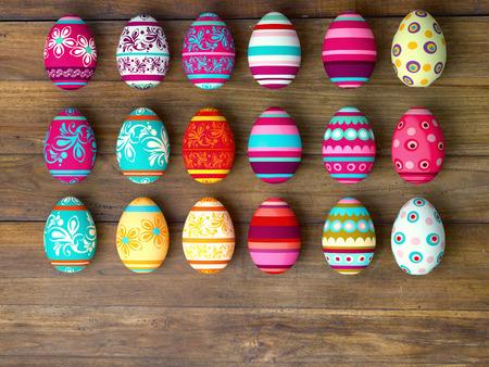 huevo: Huevos de Pascua en fondo de la tabla de madera con espacio de copia Foto de archivo
