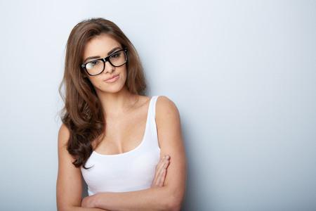 白で隔離ガラスの美しい女性