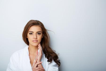 belle brune: image de belle femme belle femme dans le salon de spa Banque d'images