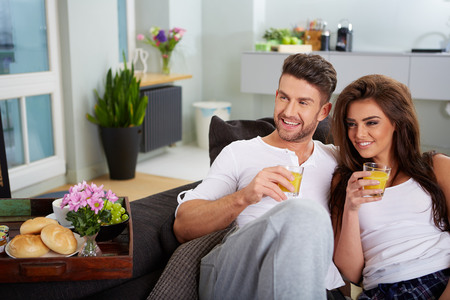25 29 years: Young couple on the sofa in having fun