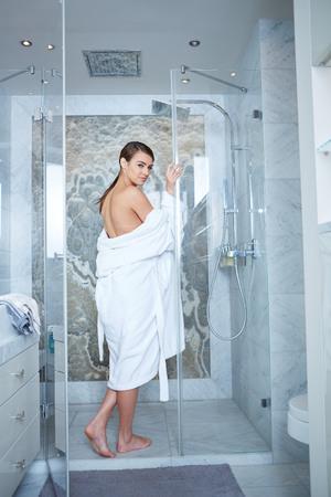 Schöne Frau auf einem Wellness-Tag, Badezimmer Standard-Bild - 36688153