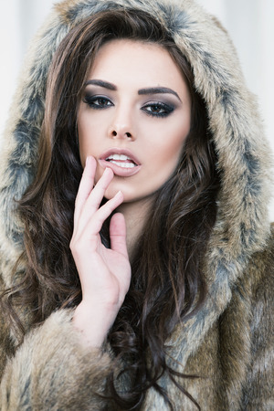 visone: Beauty Fashion Model. Bella donna in pelliccia marrone Luxury Jacket. Winter Fashion Archivio Fotografico