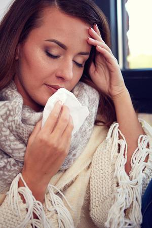 nariz roja: Gripe. Imagen del primer de la mujer enferma frustrado con la nariz roja