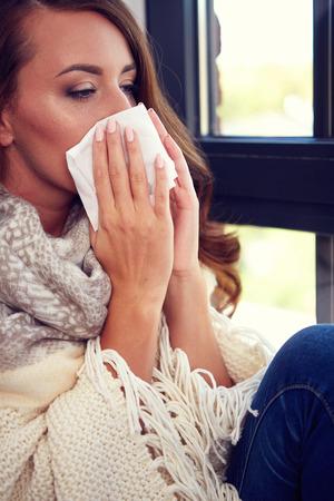 nariz roja: Flu. Closeup image of frustrated sick woman with red nose