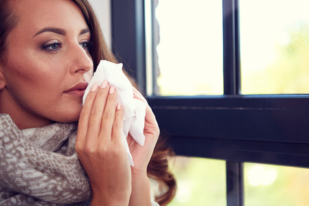 nariz: Gripe. Imagen del primer de la mujer enferma frustrado con la nariz roja