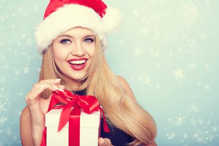 산타 클로스 옷을 입고 아름 다운 섹시 한 여자의 초상화입니다.
