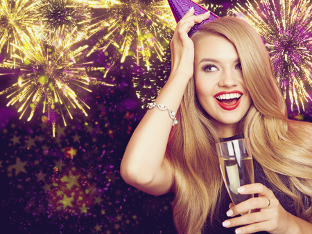 Celebrating Woman. Holiday People. Beautiful Girl with Holiday Makeup Holding Glass of Champagne. Standard-Bild