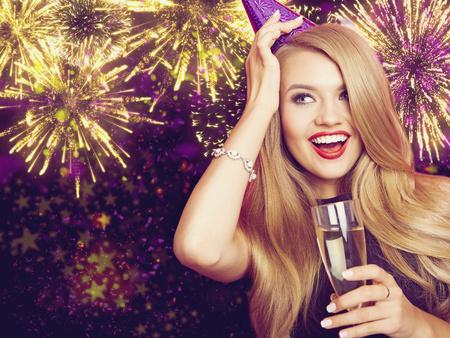 Vieren Vrouw. Vakantie People. Mooi Meisje met Holiday Makeup Holding glas champagne.