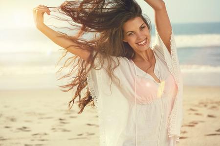 Portret van het mooie meisje close-up, de wind wapperende haren.