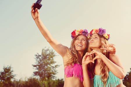 flowerpower: twins taking a photo of themselves on the beach