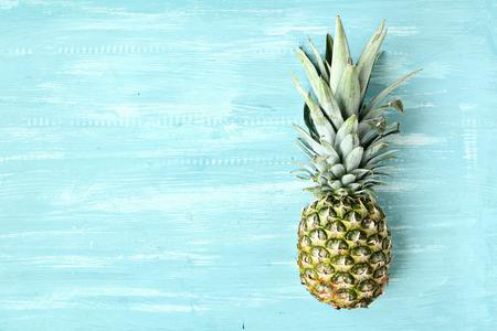 Ananas op een blauwe pastel achtergrond, zomer achtergrond