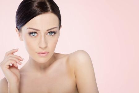 colores pastel: Mujer del balneario de la belleza con perfecta Retrato de la piel.