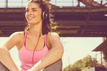 Urban meisje luistert naar wat muziek. stad stijl